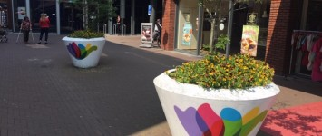 Gekleurde bloembakken in Winkelcentrum Zwolle-Zuid - 1