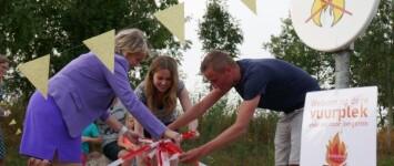 Vuurplaatsen voor en door jongeren bij Milligerplas - wethouder_en_jongeren_nemen_vuurplaats_in_gebruik_klein
