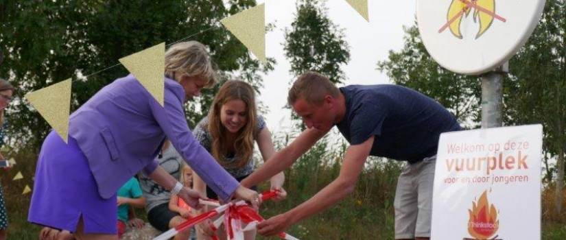 wethouder_en_jongeren_nemen_vuurplaats_in_gebruik_klein