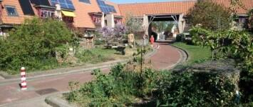 Meanderhof onderhoudt tuin aan beide zijden van het fietspad. - Foto1_fietspad_Meanderhof_april_2020_Wijkplan
